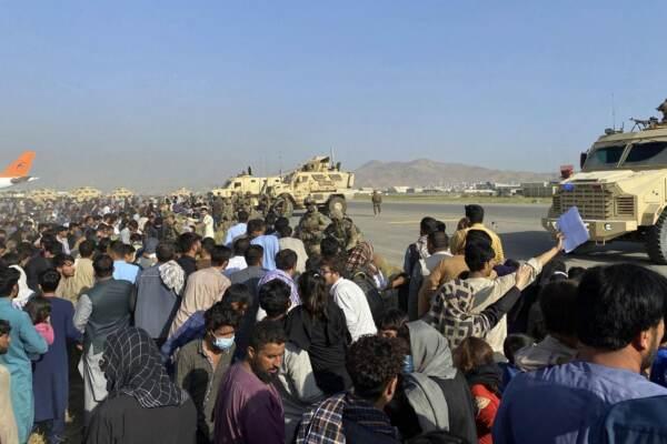 Afghanistan, civili in fuga all'aeroporto di Kabul