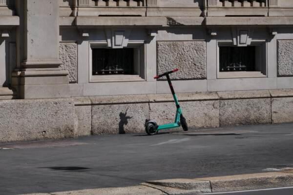 Milano, morto il ragazzino 13enne caduto con il monopattino