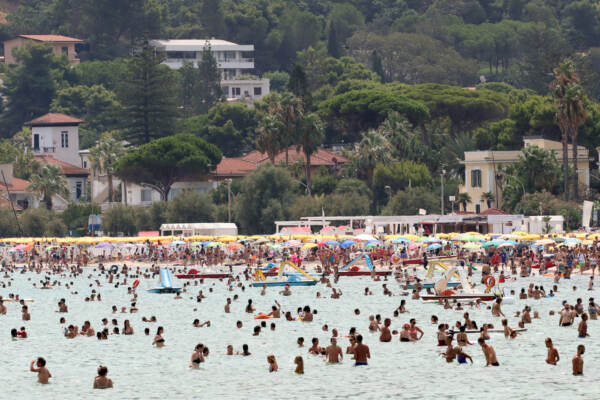 Caldo torrido in Sicilia: spiagge e fontane prese d'assalto