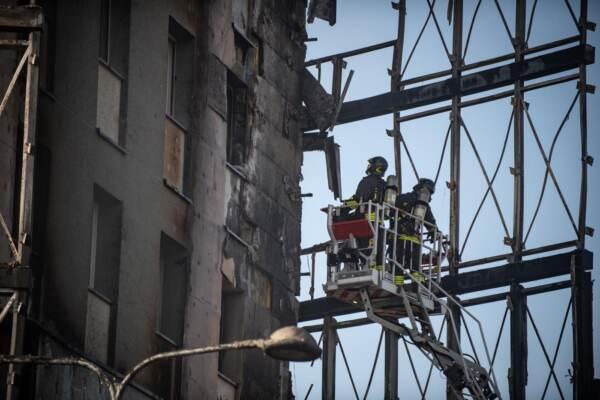 Milano, incendio carbonizza il palazzo Torre del Moro: il giorno dopo
