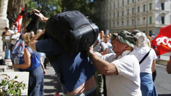 Green pass, giornalista videomaker aggredito durante manifestazione scuola a Roma