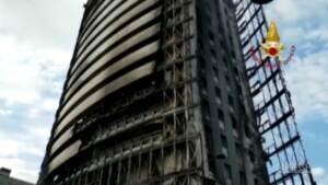 Incendio Milano: vigili del fuoco ancora al lavoro per spegnere piccoli focolai nella 'Torre del Moro'