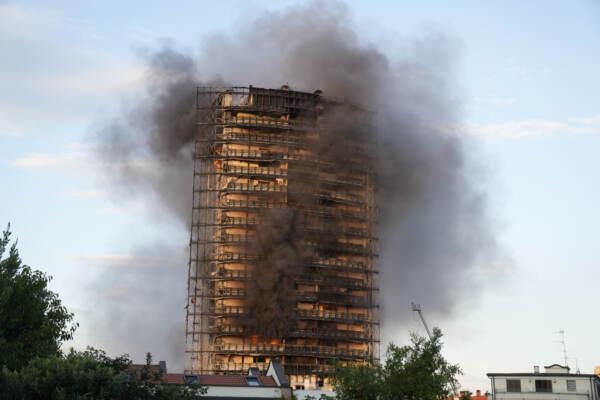 Incendio Milano, rivestimento bruciava 'come cartone', defaillance sistema antincendio
