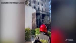 Incendio Milano, gli inquilini rientrano nelle case distrutte dalle fiamme