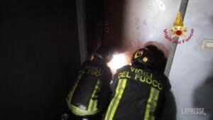 Milano, i vigili del fuoco entrano nel grattacielo bruciato
