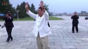 Corea del Nord: Kim Jong Un travolto dall'affetto dei gruppi giovanili