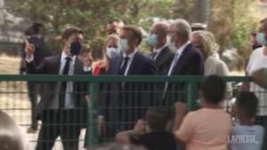 Francia, Emmanuel Macron visita una scuola di Marsiglia