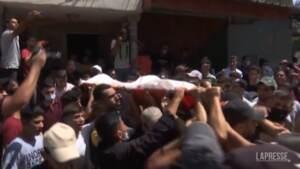 Gaza, in centinaia ai funerali di un palestinese ucciso durante le proteste