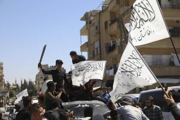 Si festeggia a Idlib il successo afgano Talebani