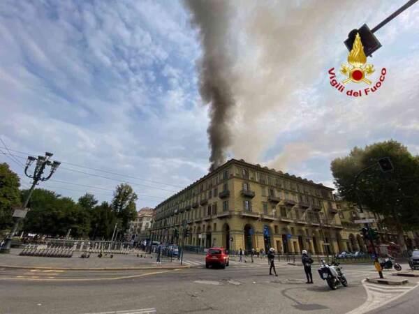 Torino, incendio in un palazzo vicino alla stazione di Porta Nuova