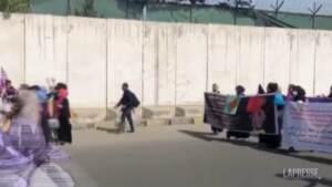 Afghanistan, talebani interrompono con le armi manifestazione delle donne