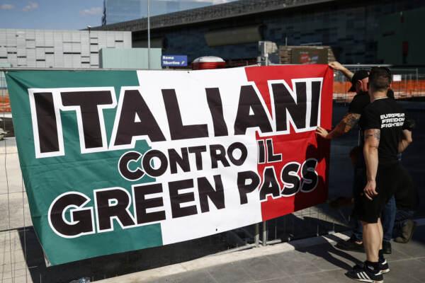 Coronavirus Roma, protesta contro il Green Pass sui treni a lunga percorrenza