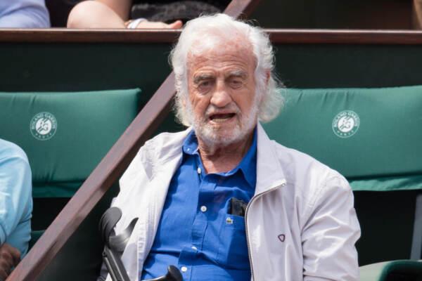 Roland Garros: Jean Paul Belmondo viene aiutato a scendere gli scalini della tribuna