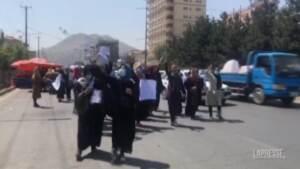 Afghanistan, spari e arresti di giornalisti alla manifestazione delle donne a Kabul