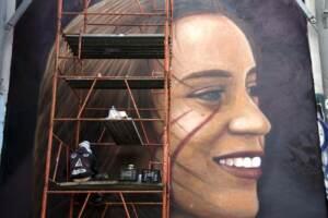 Murales in onore di Luana D'Orazio morta in un incidente sul lavoro