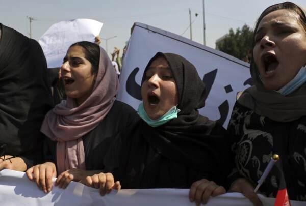 Afghanistan, proteste contro il Pakistan a Kabul: i talebani sparano in aria