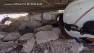 Siria, bimba estratta viva dalle macerie a Idlib dopo bombardamento