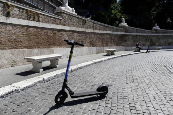 Roma, si scontra con auto: morto 34enne a bordo di un monopattino