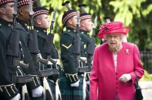 La Regina Elisabetta ispeziona il Balaklava Company, 5 Battalion