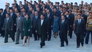 Corea del Nord, Kim Jong-Un e la moglie al Palazzo del Sole: omaggio al padre e al nonno
