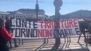 Torino, contestatori aspettano Conte al grido di 'Traditore'