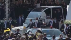 Bergoglio arriva sulla Papa-mobile: bagno di folla a Presov