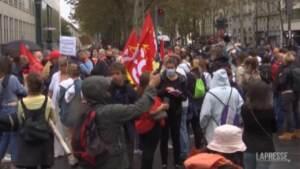 Parigi, operatori sanitari protestano contro il Green Pass