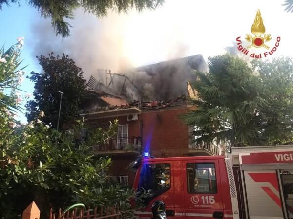 Roma, esplosione fa crollare palazzina: tre feriti, uno è grave. Nessuna vittima sotto le macerie