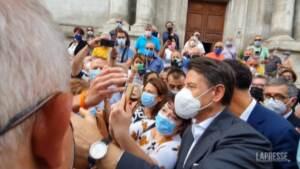 Sulmona, Conte in tour elettorale: l'abbraccio con il presidente della Figc Gravina