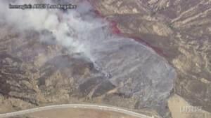 California, incendio divampa vicino a un'autostrada