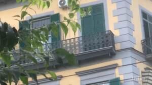 Napoli, bimbo morto cadendo dal balcone: fiori e dediche sul luogo dell'incidente