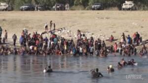 Messico, i migranti haitiani respinti dagli Usa attraversano il Rio Grande