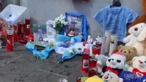 Bimbo morto a Napoli: sotto il balcone fiori bianchi, pupazzi e la maglia della squadra del cuore
