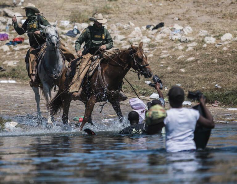 Confine Usa-Messico, immagini shock: polizia frusta i migranti con il lazo del cavallo – GALLERY