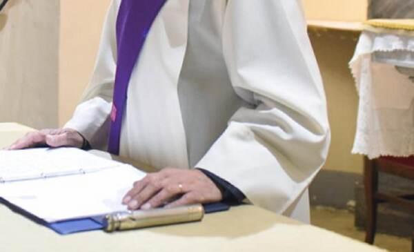Prato, parroco arrestato sieropositivo: è accusato di tentate lesioni