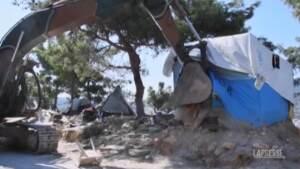 Grecia, le autorità smantellano il campo profughi di Samos ormai disabitato