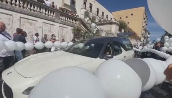 """Napoli, commozione ai funerali di Samuele. Il legale dei genitori: """"Verità, non vendetta"""""""