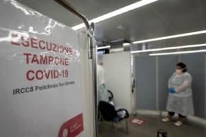 Coronavirus, tamponi su base volontaria per chi torna da Sicilia e Sardegna presso l'aeroporto di Linate