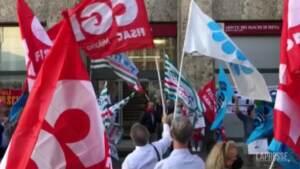 """Milano, dipendenti Mps in sciopero: """"No allo smembramento della banca"""""""
