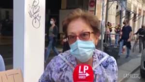 """Fridays for Future, a Milano anche una nonna con la nipote: """"Dico ai giovani di tirare giù i muri"""""""
