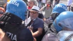 Alitalia, manifestanti bloccano autostrada a Fiumicino: tafferugli con la polizia
