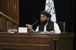 Il portavoce dei talebani Zabihullah Mujahid durante una conferenza stampa a Kabul