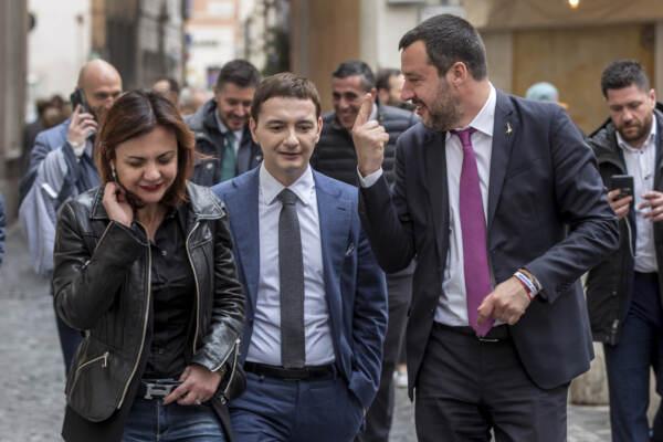 Matteo Salvini a passeggio nei pressi del Senato