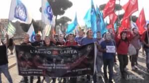 """Lavoratori Alitalia in corteo con le maschere di Dalì: """"Rivoluzione come nella Casa di carta"""""""
