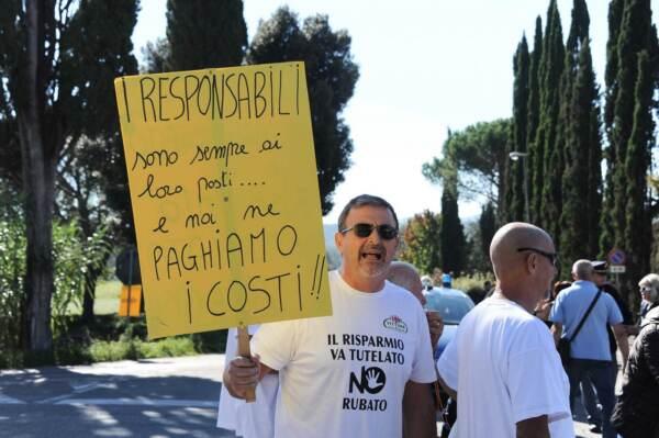Laterina, manifestazione dei truffati di Banca Etruria nel paese del ministro Boschi