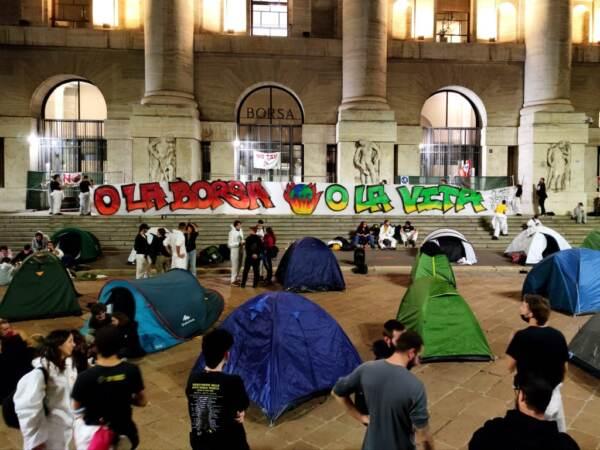 Clima: attivisti occupano piazza Affari, tende davanti alla Borsa