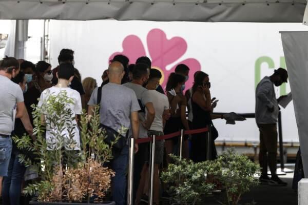 Roma, fila d'attesa per vaccinarsi al centro vaccinale del San Camillo