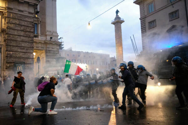 Roma, scontri durante la manifestazione dei No Green Pass